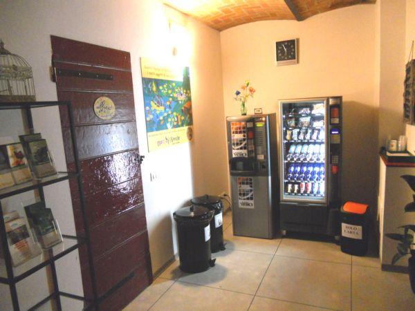 A disposizione un mini bar automatico con bevande calde, fredde e snack
