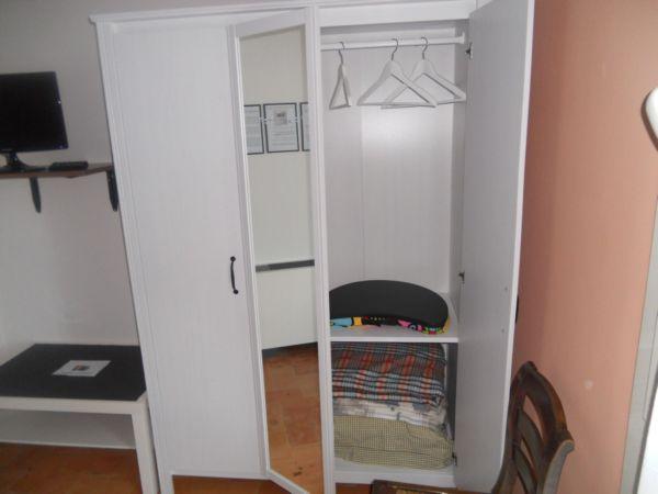 Cuscini, panni di scorta e tavoletta di appoggio sono situati per voi nell'armadio