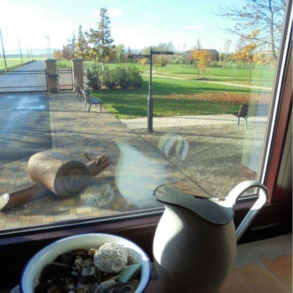 Dalla finestra delle scale di casa, una bella immagine del parco d'autunno