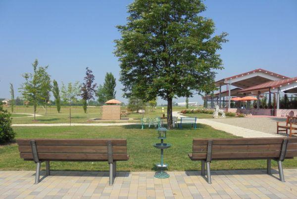 Un grande spazio ricreativo per festa di fine anno scolastico di una classe elementare. Sullo sfondo la Stazione mediopadana e i Ponti  dell'Arch. Calatrava.