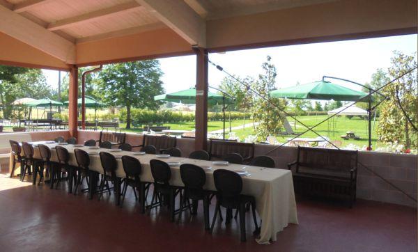 Il tavolo dei bambini in una bella 'pizzata' di fine anno scolastico