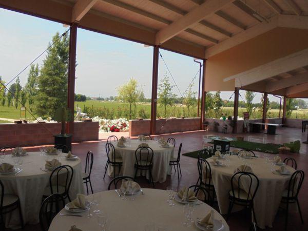 Giornata di fine anno scolastico con servizio di catering  per questa classe: 25 bambini in tavolo unico, di fianco i tavoli dei genitori e sul fondo l'area destinata ai giochi: una bella giornata di sole!