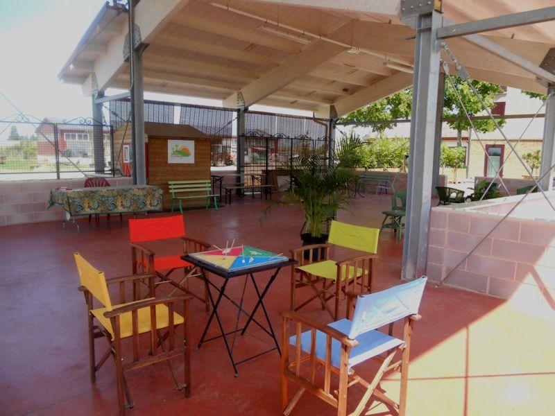Domenica pomeriggio: una partita a chiacchiere sotto la serrra, grande veranda che si affaccia sul parco