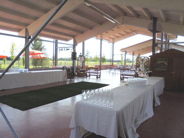 Allestimento tavoli per aperitivo delle ore 18 in attesa degli sposi