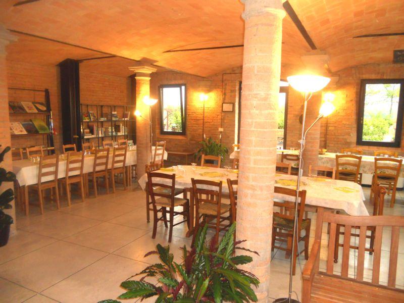 Cena privata con 160 invitati: 40 persone, come vedete, hanno preso posto nella suggestiva Stalla mentre gli altri 120 invitati sono stati comodamente serviti nella sala polivalente  (vai a vedere le foto)
