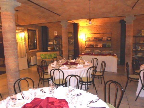 Cena aziendale per 40 invitati, sistemati in 5 tavoli rotondi da 8 persone, resta spazio per qualche salottino...