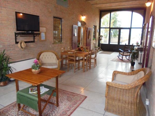 Il porticato è anche sala ricreativa comune per gli ospiti delle camere e viene disposto diversamente, secondo le esigenze di 'lavoro' di chi affitta la sala corsi.