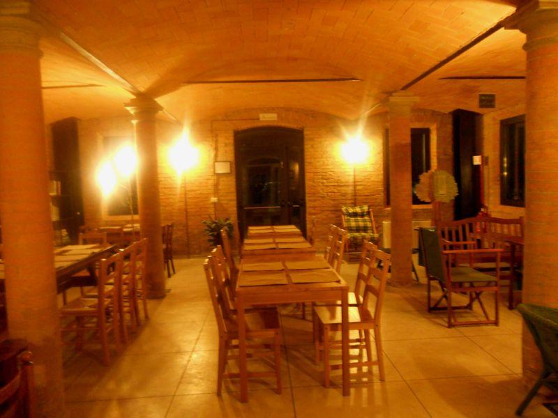 La stalla è luogo ideale per creare le sedute di appoggio per i buffet del catering