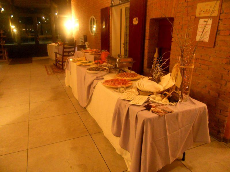 Ogni catering dispone il servizio come meglio crede sotto il porticato chiuso
