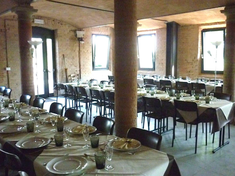 Una bella cena aziendale allestita nella vecchia stalla
