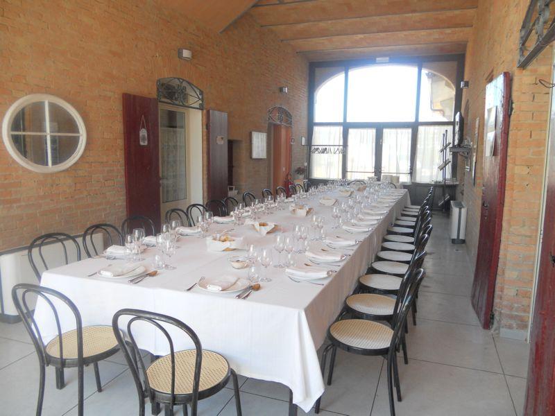 Anniversario di matrimonio: tavolo unico per 30 invitati sotto la porta morta. Servizio di Catering con la nostra cucina in appoggio.