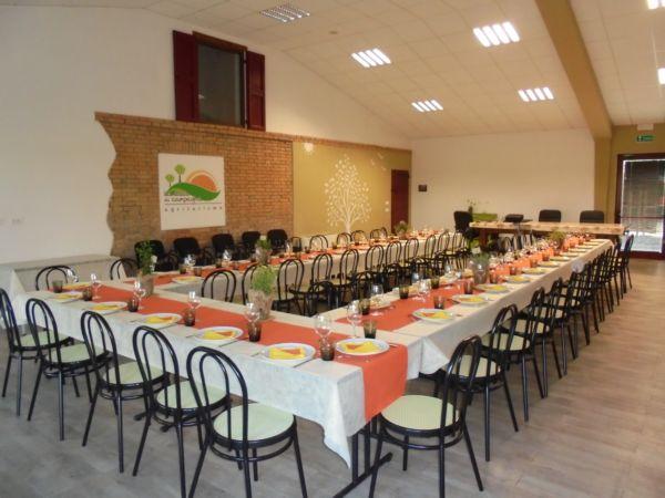 Cena sociale di una cooperativa. 55 persone servite da catering come al ristorante. In fondo alla sala computer e proiettore per le slide da mostrare durante la cena.