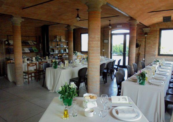 Matrimonio con 180 invitati: nella vecchia stalla 55 parenti con gli sposi, nella sala polivalente 120 amici e sotto il porticato 20 bambini
