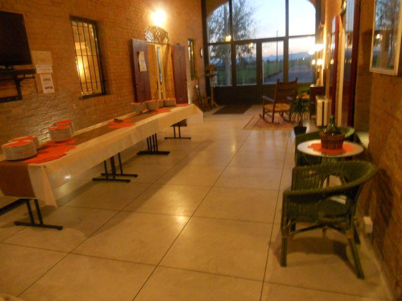 Tavolo del buffet predisposto da catering nel porticato