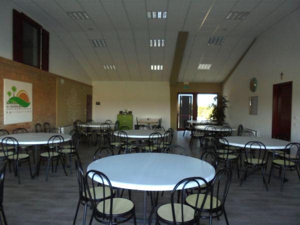 Con la nostra dotazione di tavoli e sedie la sala si trasforma in un ottimo 'ristorante', fino a 100 persone, con il servizio del vostro Catering di fiducia