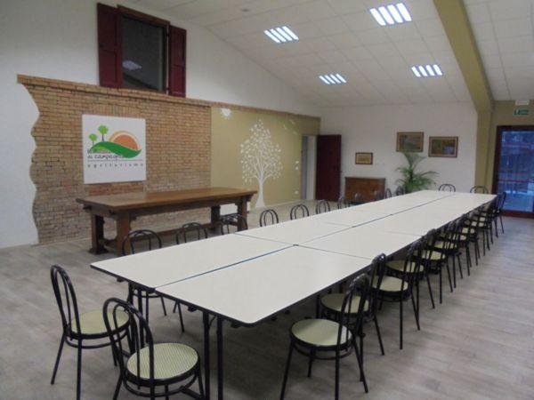 Unico grande tavolo da allestire  per consiglio di 30 persone
