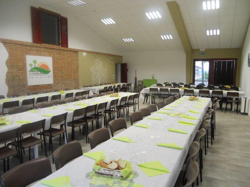 Festa privata con 160 invitati: come vedete 120 persone hanno comodamente cenato nella nostra sala polivalente mentre le restanti 40 hanno preso posto nella vecchia stalla. Una cena a base di Tortelli e Roast Beaf puntualmente preparata e servita da Catering