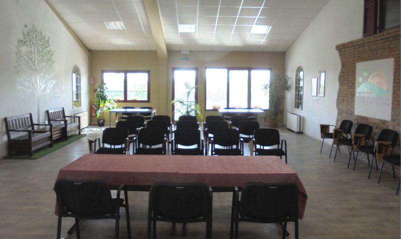 La sala è accogliente anche per piccoli numeri, basta cambiare qualche disposizione quà e là....
