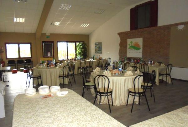 Anniversario di matrimonio: la sala è allestita mentre il servizio di catering sta attendendo l'arrivo degli ospiti.