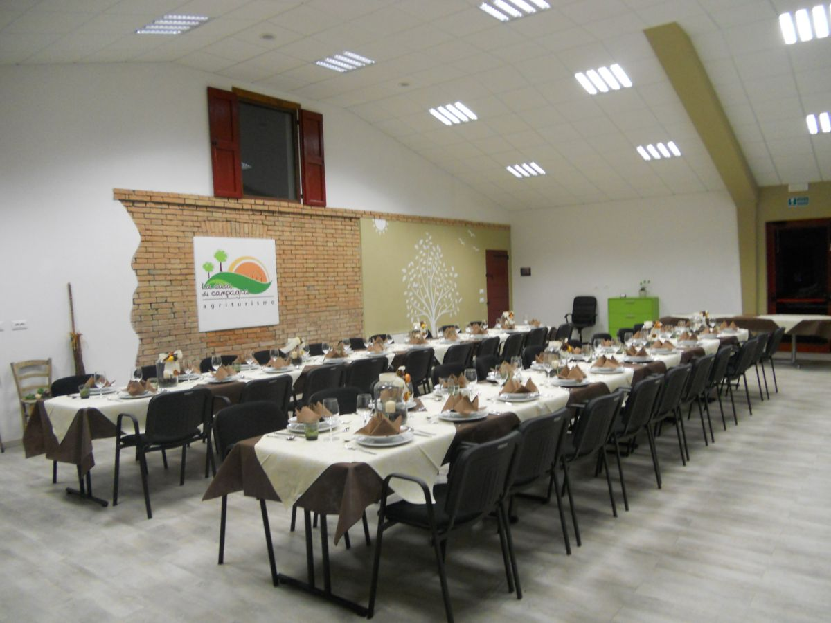 Allestimento della sala  per una cena sociale servita da catering
