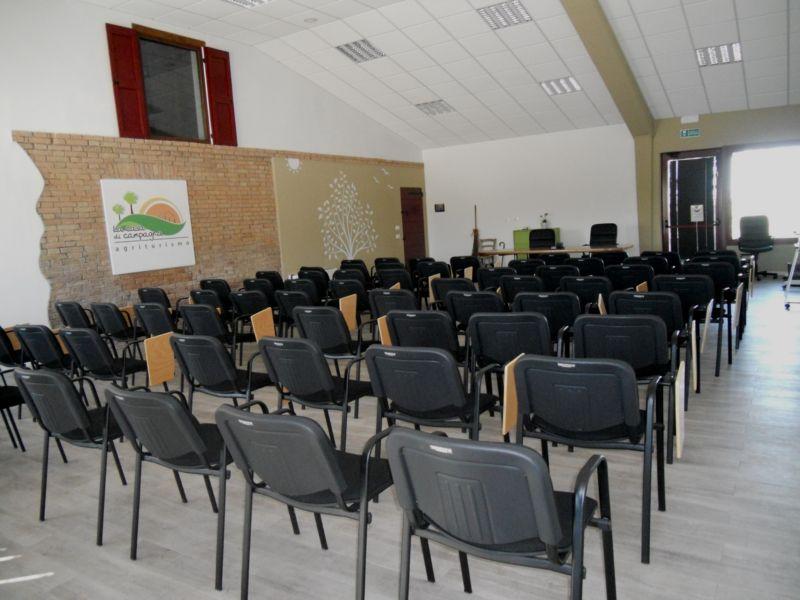 Si possono svolgere corsi e conferenze fino a 90 posti comodamente seduti con sedie e tavoletta di appoggio