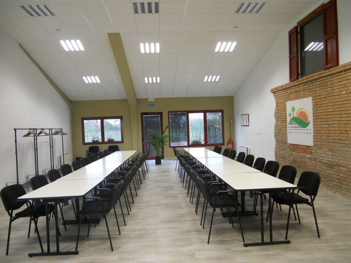 La sala è e attrezzata per degustazioni di prodotti tipici e corsi hobbistici  che prevadano una base di appoggio per realizzazioni  manuali