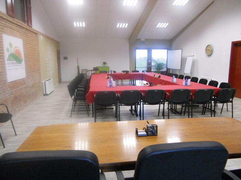 Allestimento per consiglio di amministrazione di 30 persone con successivo buffet nella porta morta e vecchia stalla servito da catering
