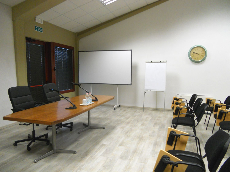 La sala è dotata di impianto audio, computer, proiettore, lavagna a fogli mobili e LIM (lavagna interattiva multimediale) che vedete nella foto