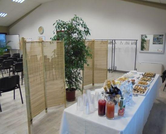 Buffet di benevenuto  sul fondo sala e successiva presentazione di 'prodotti bancari' di un Istituto locale.