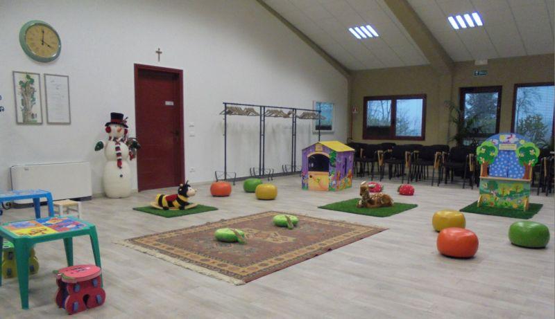 Festa di Natale per un gruppo di famiglie con 10 bambini: merenda nella stalla spazio giochi nella sala polivalente.