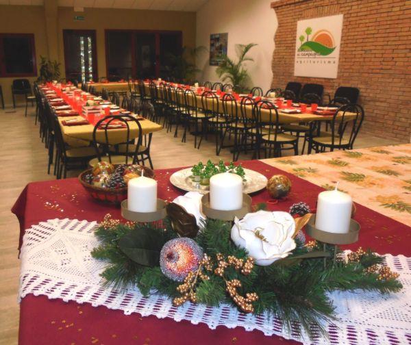 Gruppo di famiglie con bambini. Un capodanno in agriturismo per 65 persone, allestimento dei tavoli autonomo (le famiglie), menù consegnato da catering.