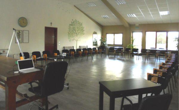 Ogni gruppo dispone la sala secondo le proprie necessità