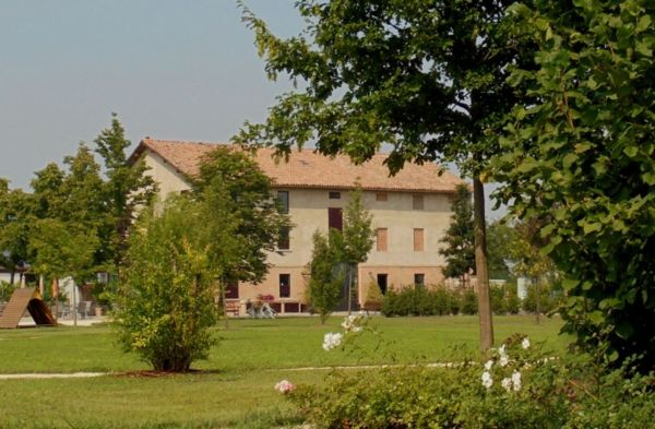 La casa di campagna immersa nel verde parco che la circonda