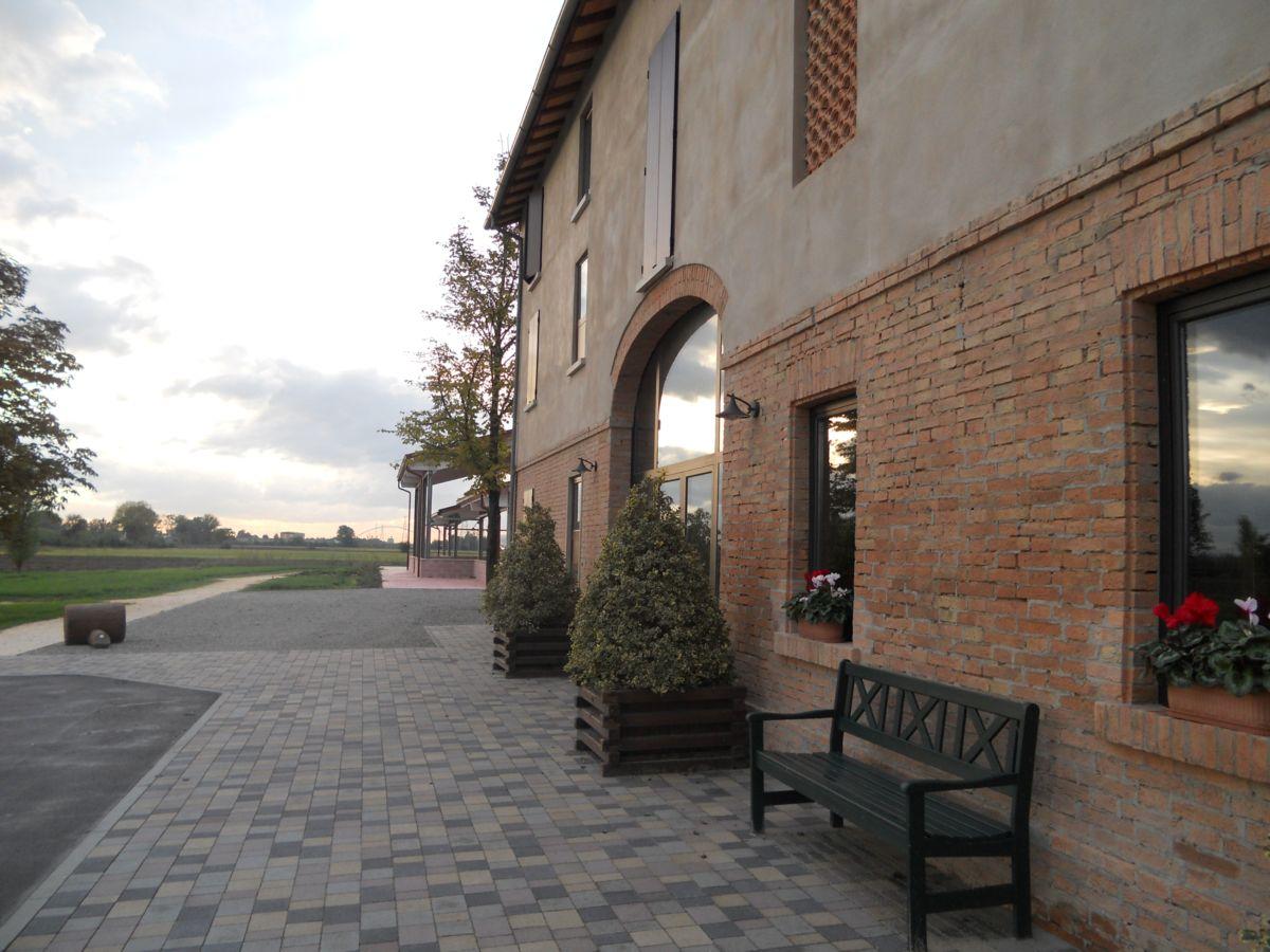 La serra di fianco la casa e l'ingresso del parco sulla sinistra