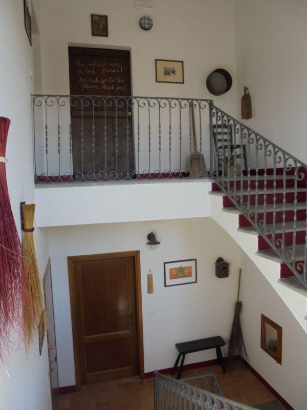 Al primo piano ci sono 3 camere mentre al secondo (soffitta) abbiamo realizzato la camera n. 5 'Camera del granaio'