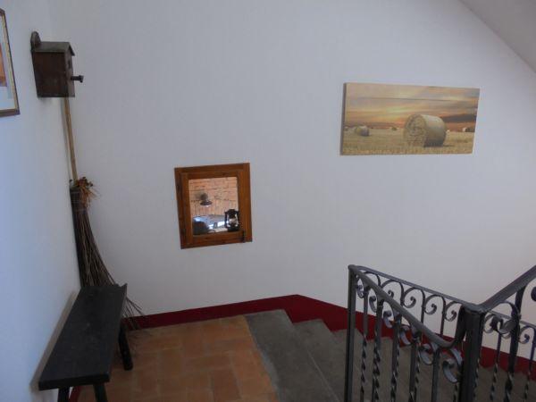 Da una finestrella sulle scale si poteva tenere sotto controllo il porticato e soprattutto la stalla con le mucche