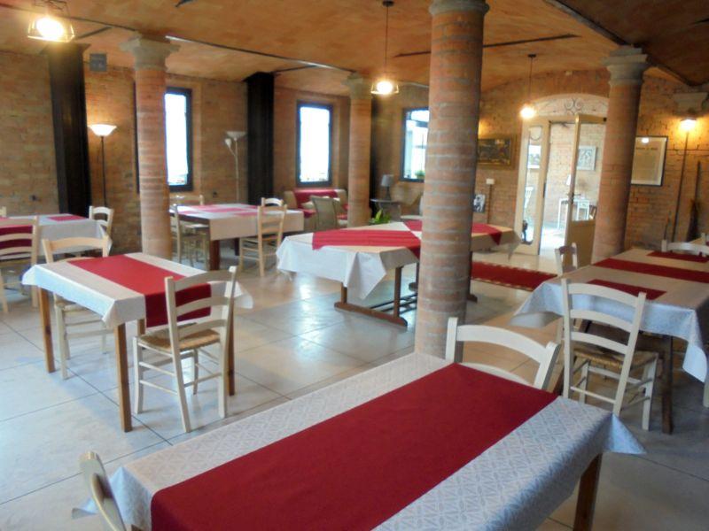 Per la pausa pranzo nella vecchia stalla (servita da catering) il numero massimo ammesso è di 22 perone.