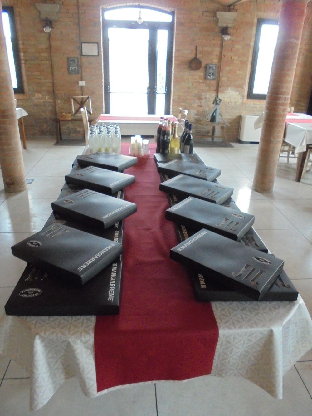 Gruppo di lavor di 20 persone con pausa pranzo servita  con consegna di monoporzioni da Catering nella vecchi stalla. E' garantito l'appoggio al tavolo con regolare distanziamento.