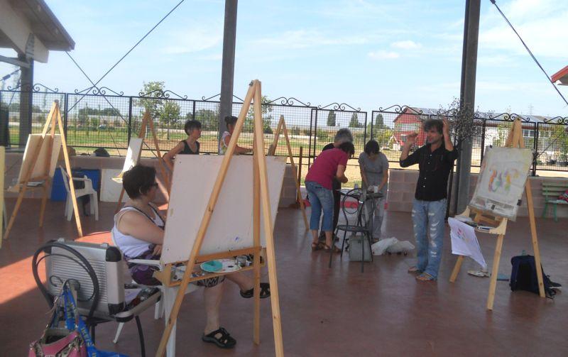 I partecipanti al corso, guidati dal maestro, iniziano a lavorare