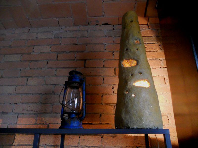 Lampada d'arredo affiancata ad una vecchia lampada presente nella stalla. pezzo unico