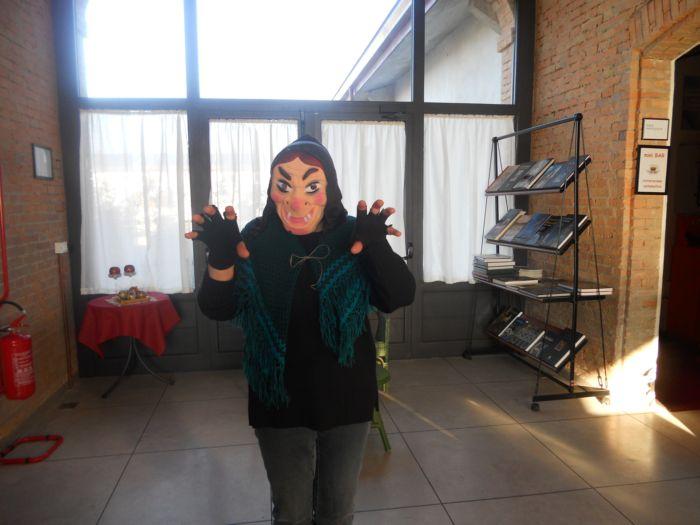 Una maschera troppo brutta! La befana 'di sopra' Maura ha deciso di non usarla, presentandosi così com'è,  naturalmente, tanto.......