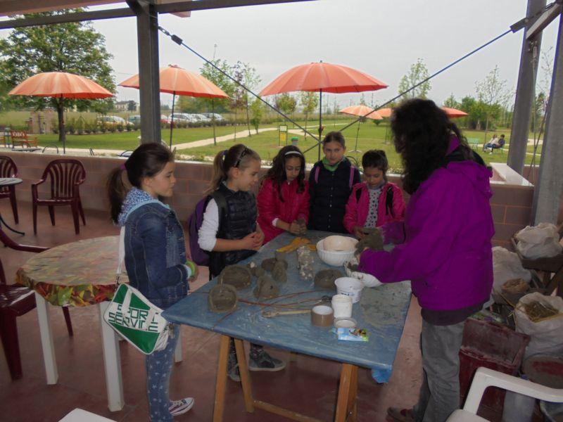 Alessandra ha incantato i bambini con le sue forme fatte di terra cruda impastate con la paglia..