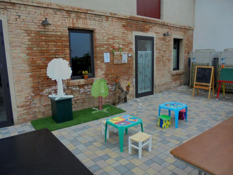 L'ingresso del Giocattolaio, con l'area esterna dedicata ai più piccoli