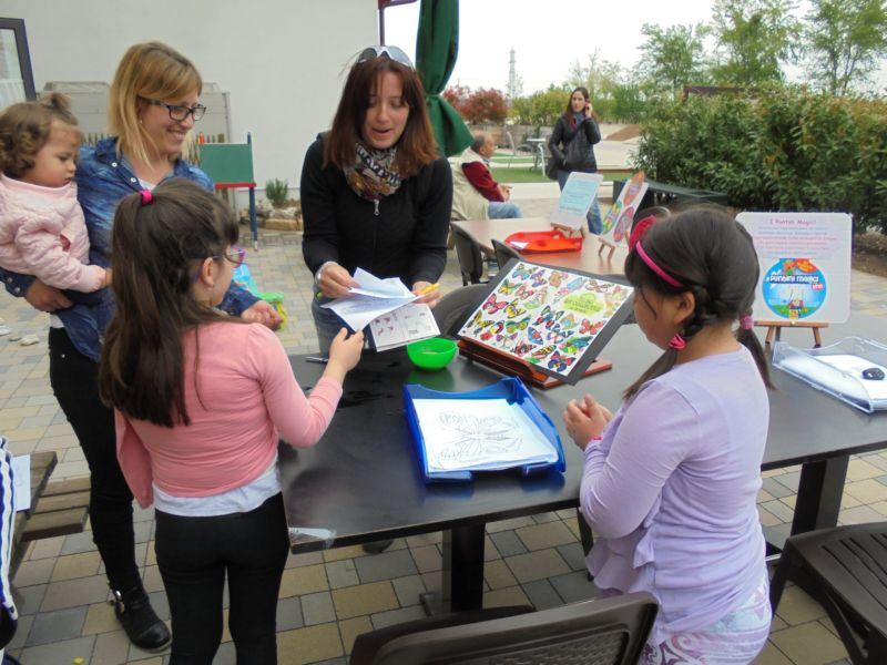 Ecco  chi è il giocattolaio: Silvia all'opera con i suoi clienti preferiti: i bambini ! In questa giornata di Picnic il giocattolaio ha lavorato veramente tanto.....
