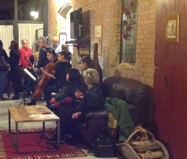 Nel tardo pomeriggio Elde e Cecilia hanno riscosso un grande successo con le delicate melodie di violino e violoncello!