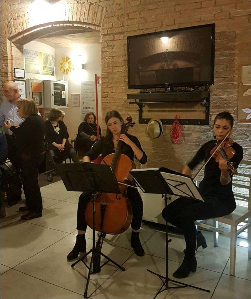Le giovani musiciste che hanno allietato l'iniziativa: Valentina ed Elde