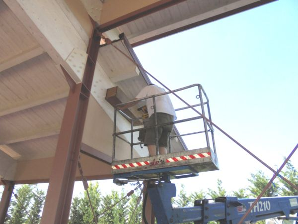 Non sarebbe stato semplice fissare così in alto questo rifugio per civette in legno.... è grande ed abbastanza pesante: grazie Gianni!