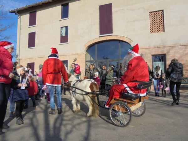 I bambini hanno subito consegnato le letterine ai 2 elfi che aiutavano Babbo Natale...