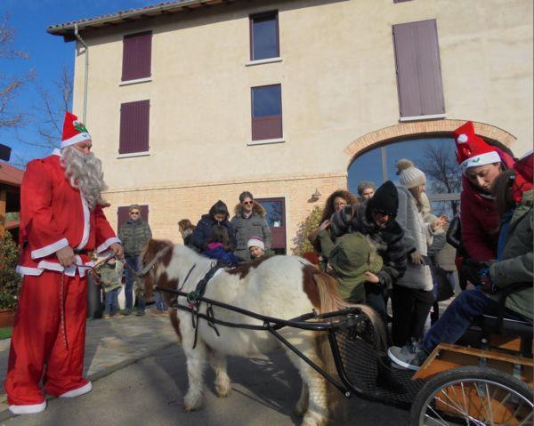 Davanti alla casa di campagna Babbo Natale, con l'aiuto dei suoi due Elfi, è in partenza con il suo calesse per un bel giro nel parco...