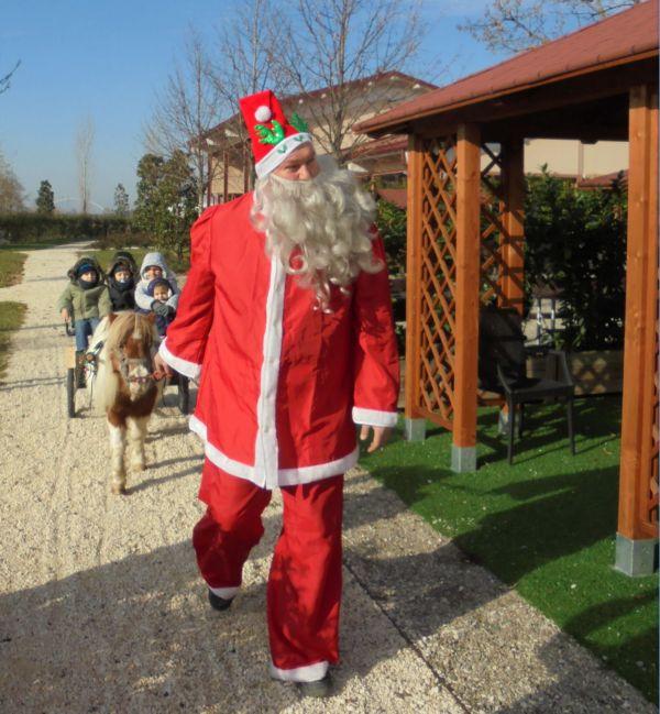 Dopo un bel giretto nel parco si rientra per cambiare passeggeri. Babbo Natale sembra molto contento e felice: viene da pensare che sia quello vero !